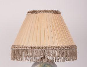 лампа с желтым абажуром