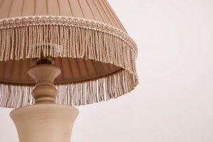 лампа с бежевым абажуром