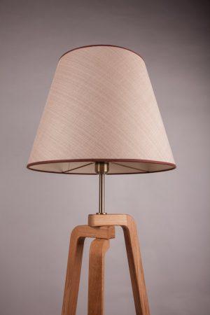 торшер для современных интерьеров на деревянной треноги с бежевым абажуром