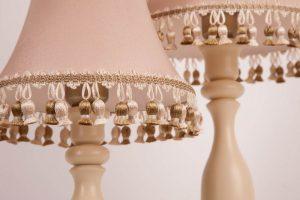 бежевая настольная лампа