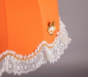 абажур из оранжевой ткани