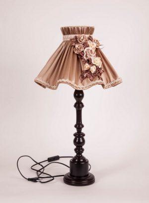 бежевый абажур в форме волны для настольной лампы