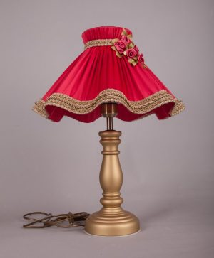 настольная лампа с абажуром и цветами