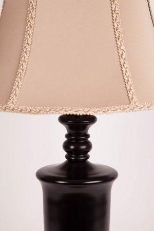 лампа с бэжевым абажуром