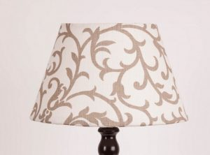 лампа с абажуром конусом