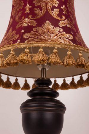настольная лампа с красным абажуром