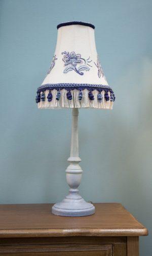 бело голубая настольная лампа