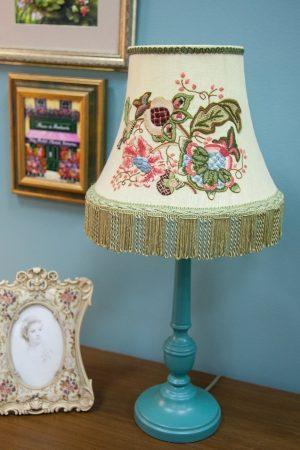 красивая настольная лампа с вышивкой