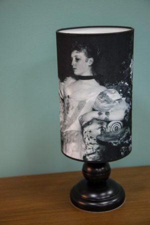 настольная лампа с девушкой