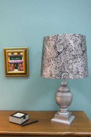 настольная лампа с красивым абажуром