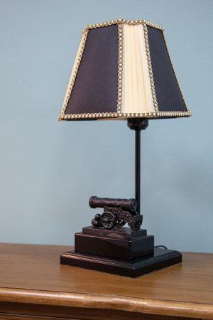 настольная лампа с основанием в виде пушки