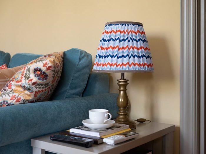 настольная лампа из дерева с покраской под латунь