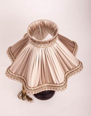 бежевый абажур из ткани для настольной лампы