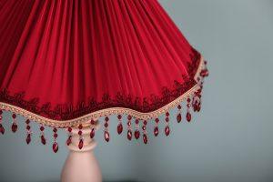 красный абажур на настольной лампе