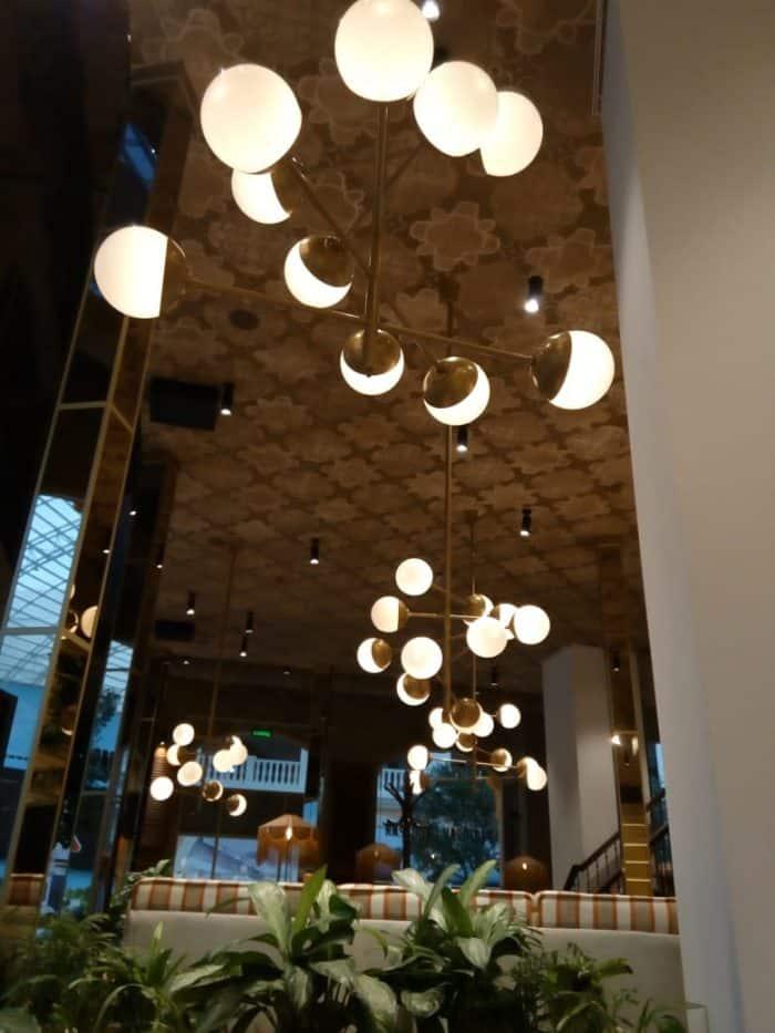 световые конструкции со стеклянными шарами для ресторана в парке остров мечты