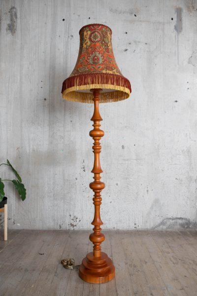 деревянный торшер с абажуром в классическом стиле