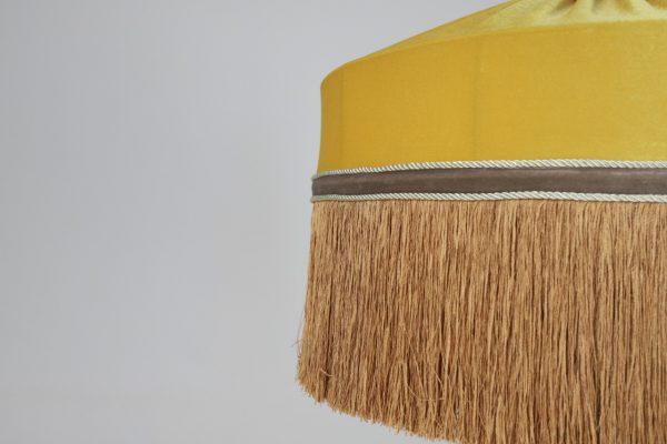 желтый абажур с бахромой